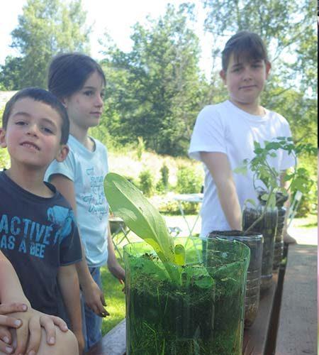 Jardinage avec le club enfant l'été au village vacances Vosges les 4 Vents